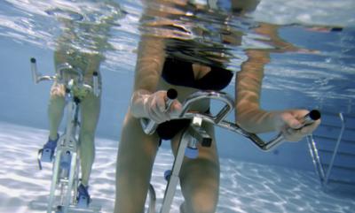 Adelgazar piernas con el aquaspinning